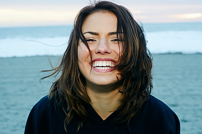Portrait of laughing Caucasian woman at beach - p555m1491136 by Peathegee Inc