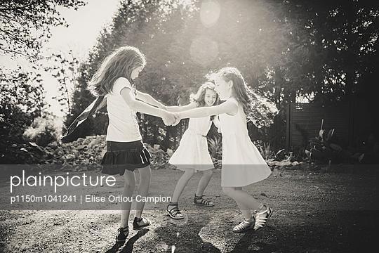 Drei Kinder tanzen im Kreis - p1150m1041241 von Elise Ortiou Campion