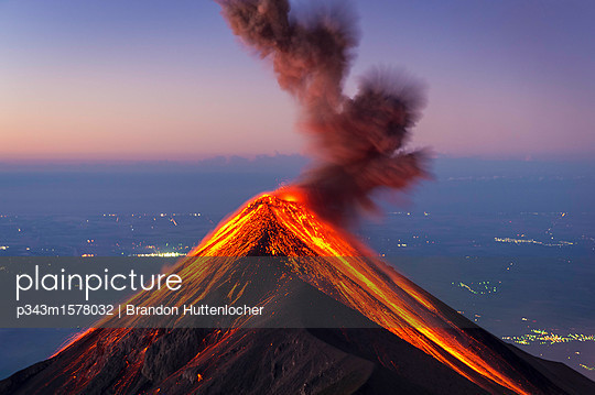 Fuego Volcano erupting at sunrise, Guatemala - p343m1578032 by Brandon Huttenlocher