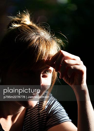 Pensive young woman - p795m2278778 by JanJasperKlein