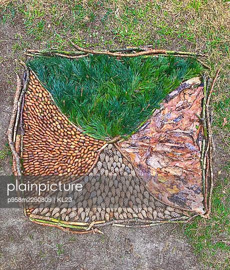 Mandala aus Naturmaterialien - p958m2290809 von KL23