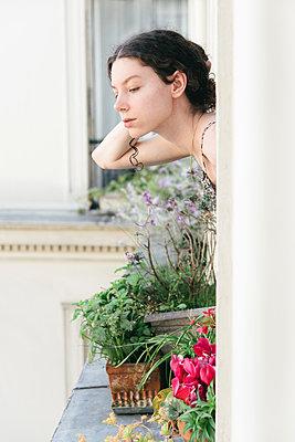 A la fenêtre - p1594m2210123 by Françoise Chadelas