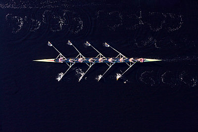 Elevated view of female's rowing eight in water - p300m973803 by zerocreatives