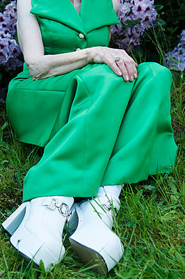 Dame im Gras sitzend - p310m1069581 von Astrid Doerenbruch
