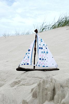 Schiffchen aus Strandgut - p451m1057387 von Anja Weber Decker