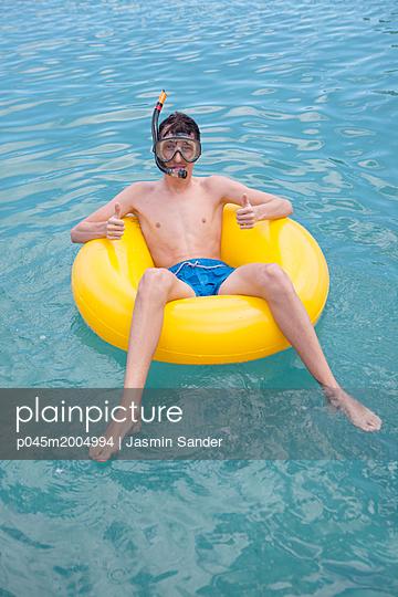 Jugendicher in einem Schwimmreif - p045m2004994 von Jasmin Sander