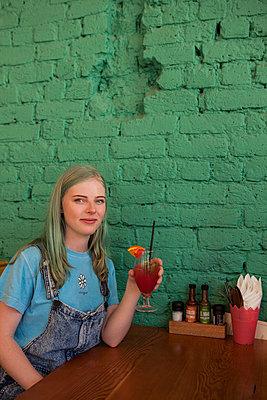 Frau in Taco Bar - p045m1223070 von Jasmin Sander