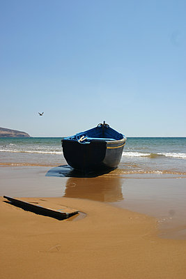 Rowing boat on the beach near Essaouira - p1105m2063398 by Virginie Plauchut