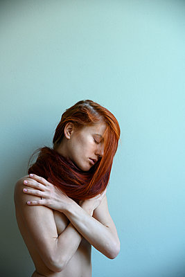 Naked red-haired woman, portrait - p427m2210589 by Ralf Mohr