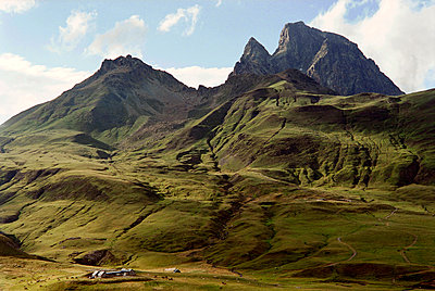 The pasturses of the Cirque d'Anéou and the Pic du Midi d'Ossau in the background, Pyrenées, France - p1028m2054433 von Jean Marmeisse