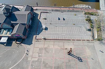Deichtorhalle mit Parkplatz geschlossen - p1079m2173907 von Ulrich Mertens