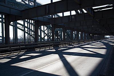 Schattenspiel auf Brücke - p1230m1041767 von tommenz