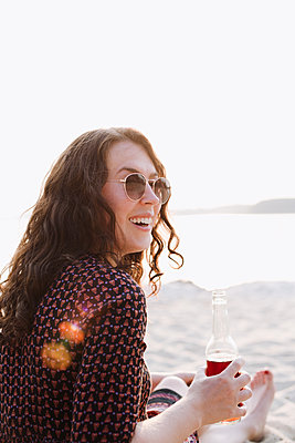 Woman on beach wearing sunglasses - p1396m1589477 by Hartmann + Beese