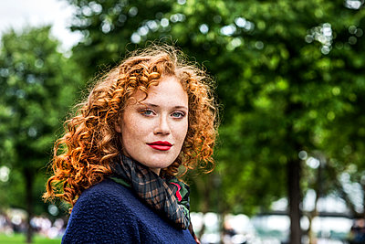 Portrait of redheaded young woman with red lips - p300m1505480 by Jo Kirchherr
