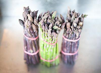 Bunches of freshly picked asparagus, Suffolk, United Kingdom - p300m2298751 von LOUIS CHRISTIAN