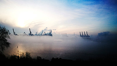 Hamburg harbour in the fog - p551m1585026 by Kai Peters