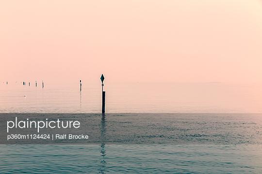Ruhe auf dem See - p360m1124424 von Ralf Brocke