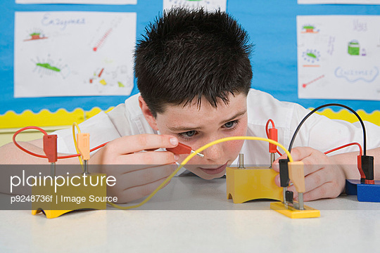 Boy in science lesson - p9248736f by Image Source