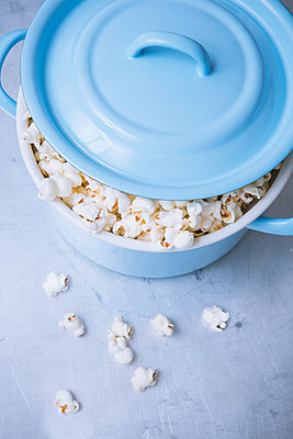 Overflowing popcorn - p1149m1550328 by Yvonne Röder