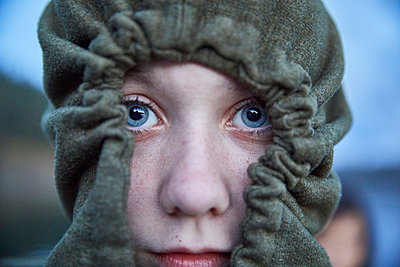Portrait of girl wearing hoodie - p1427m2186423 by Jason Griego
