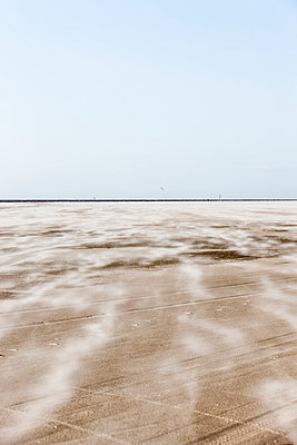 Flying sand - p248m1020089 by BY