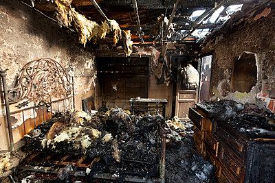 Zimmer nach Brand - p265m1200884 von Oote Boe