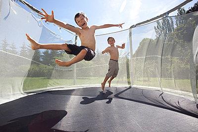 Jungs auf einem Trampolin - p4451276 von Marie Docher