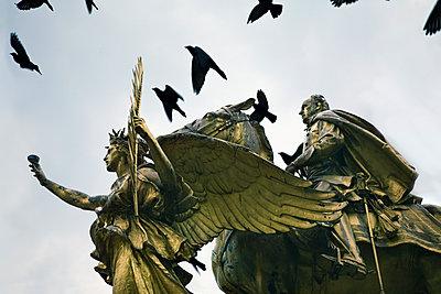 Statue with birds - p836m1425902 by Benjamin Rondel