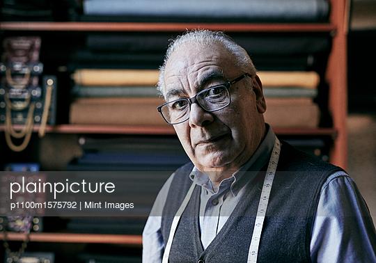 plainpicture - plainpicture p1100m1575792 - Portrait of a senior tailor... - plainpicture/Mint Images
