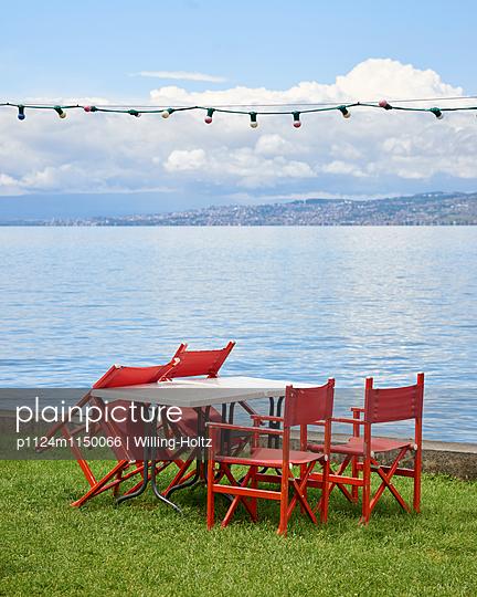 Tisch und Stühle am Genfer See - p1124m1150066 von Willing-Holtz