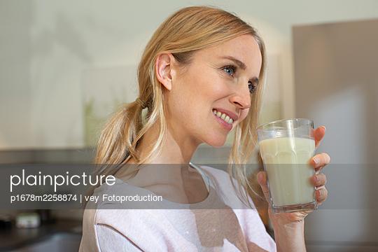 Woman drinking oat milk - p1678m2258874 by vey Fotoproduction