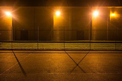 Sportplatz bei Nacht - p1057m1496862 von Stephen Shepherd