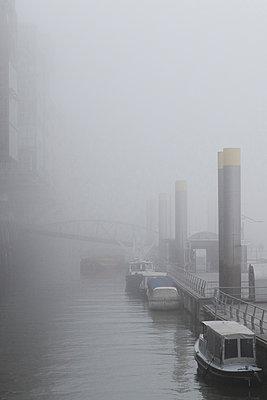 Hafencity im Nebel - p1222m1104842 von Jérome Gerull