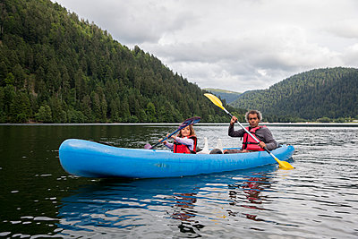 Father and daughter canoeing - p1231m1466432 by Iris Loonen