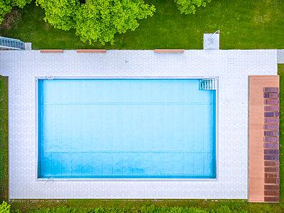 Empty swimming pool, top view - p300m2005476 von Michael Malorny
