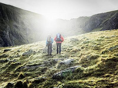 Couple hiking in rocky landscape - p429m765309 by Julian Love