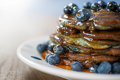Still life of blueberry pancakes with maple syrup - p429m896486f by Matt Walford