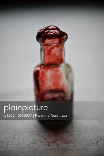 Fläschchen mit Blut - p1235m2035677 von Karoliina Norontaus