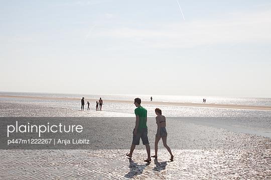 Strandspaziergang - p447m1222267 von Anja Lubitz