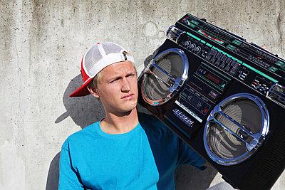 Junger Mann mit Ghettoblaster - p0452945 von Jasmin Sander