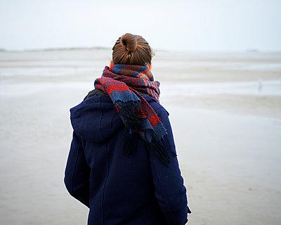 Frau blickt auf Meer - p1124m1015291 von Willing-Holtz