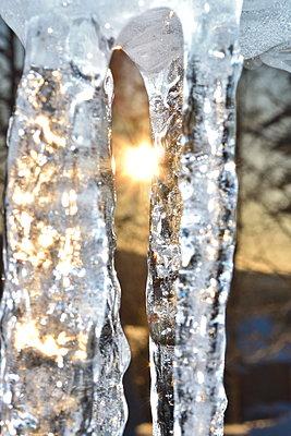 Die untergehende Sonne scheint durch Eiszapfen - p235m2044208 von KuS