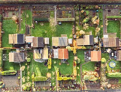 Schrebergärten, Luftaufnahme - p586m1092048 von Kniel Synnatzschke