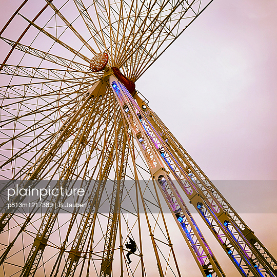 Dismounting of a ferris wheel - p813m1217389 by B.Jaubert
