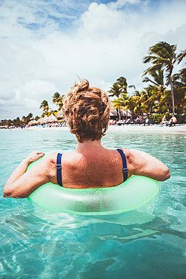 Im Schwimmreif im Meer - p045m1562177 von Jasmin Sander