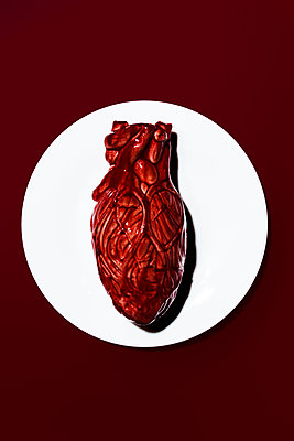 Heart placed on plate - p1094m1559744 by Patrick Strattner
