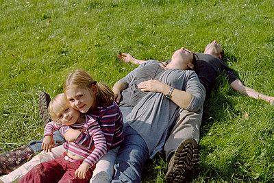 Kinder sitzen, Eltern liegen - p1210m1068379 von Ono Ludwig