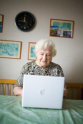 Elderly Woman, Senior Citizen, Using Laptop - p8473913 by Johan Strindberg