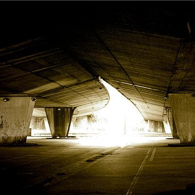 Unter einer Betonbrücke - p9112340 von Philippe Lelièvre