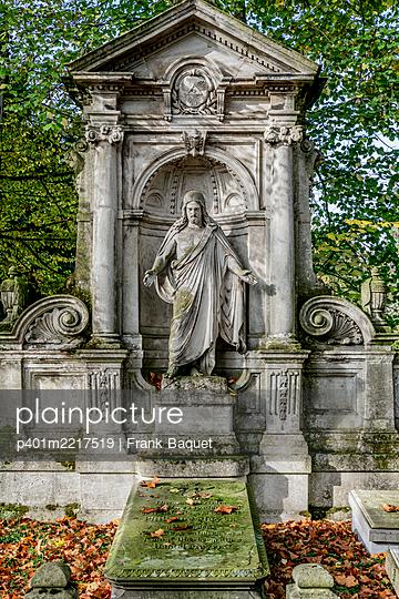 Grabstätte mit Jesusfigur Melatenfriedhof Köln - p401m2217519 von Frank Baquet